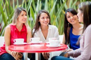 נשים בבית קפה